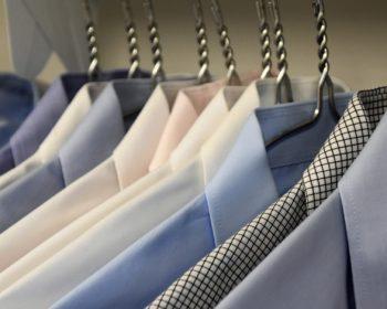 Ktoré pánske oblečenie a doplnky by muži mali mať v šatníkoch?